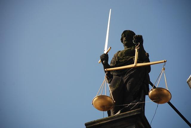 63 vádlott, több száz eset