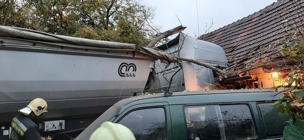 Családi házba rohant egy kamion Dabason
